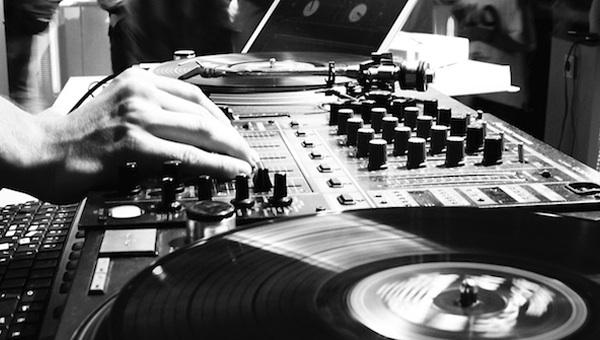 5 Motivos por los que ser DJ te ayuda a Producir Mejor